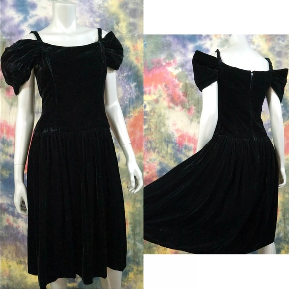 889138abb7e VTG 80s Black Velvet Off Shoulder Prom Party Dress.  M 5a90529cd39ca2cf730ad154